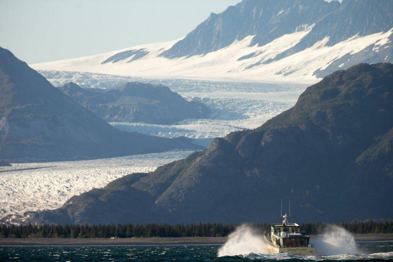 歐巴馬視查的大熊冰河(Bear Glacier)。(美聯社)