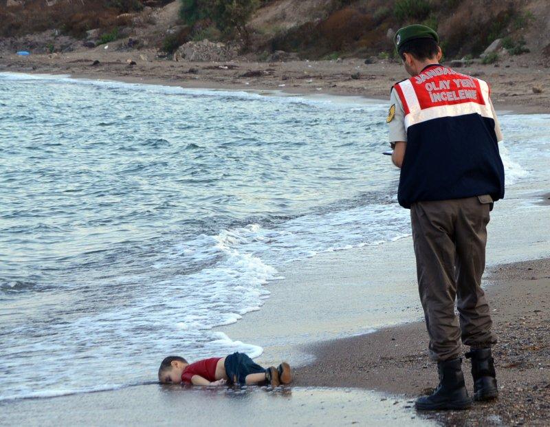 地中海難民危機最令人心碎的一幕:小男童伏屍海岸(美聯社)。