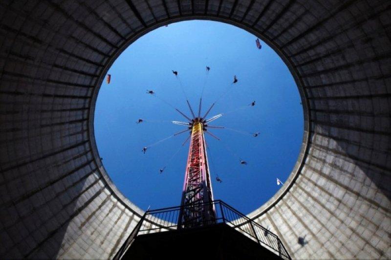遊樂園的地標建築就是前核電站的冷卻塔,內部被改造成了空中鞦韆(圖/gizmag.com)