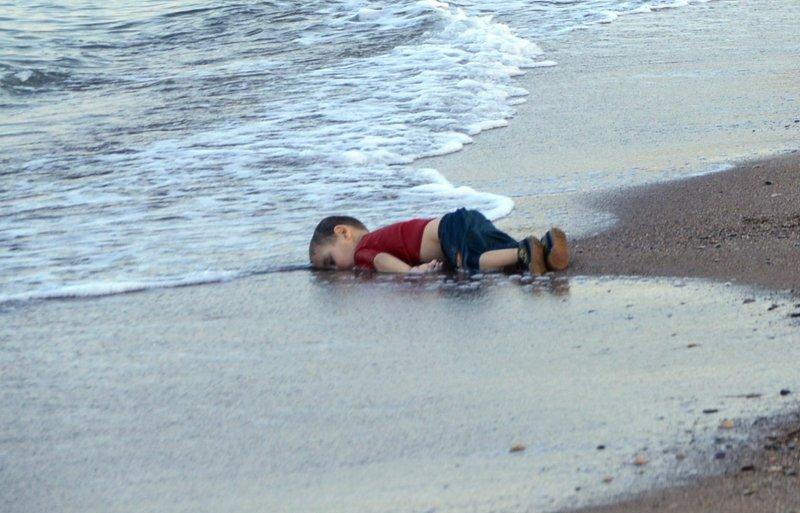 土耳其海灘上的難民男孩(美聯社)