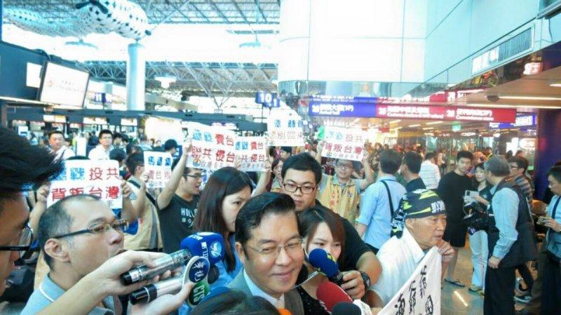 台聯青年軍8月30日便至桃園機場,幫連戰「送機」,呼喊抗議口號,「連爺爺,您別回來了」。(取自台聯青年軍臉書)