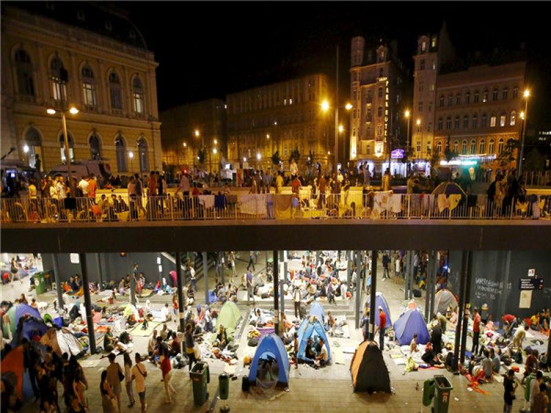 布達佩斯車站外等不到火車開往奧地利與德國的難民(CCTV)