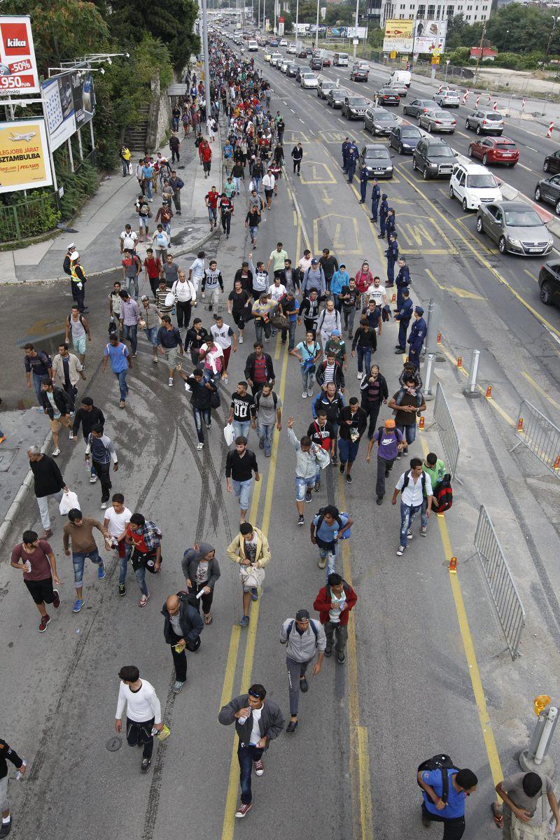不願等候的難民自匈牙利步行至奧地利。(美聯社)