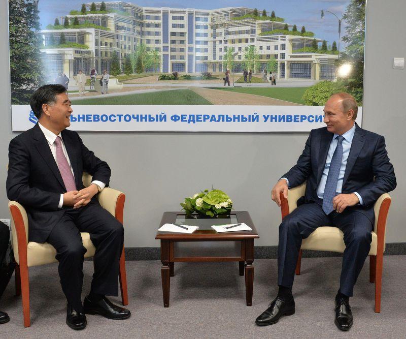 中國國務院副總理汪洋(左)4日與俄國總統普丁(右)見面。(美聯社)