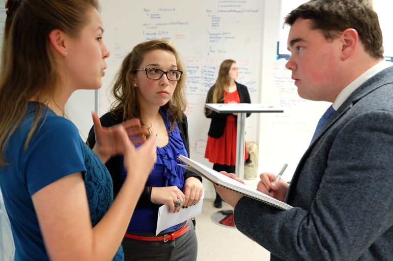 大學生應該學會溝通與情商,培養良好的人際關係。(圖/CurrencyFair @ flickr)
