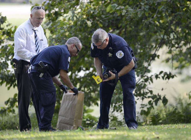 芝加哥警方6日在加菲爾德公園蒐證。(美聯社)