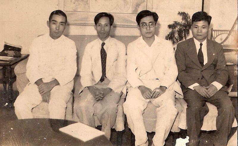 參加1942第一回大東亞文學者大會的台灣作家張文環(右一)、龍瑛宗(右三)大東亞文學者大會的台灣作家張文環(右一)、龍瑛宗(右三)