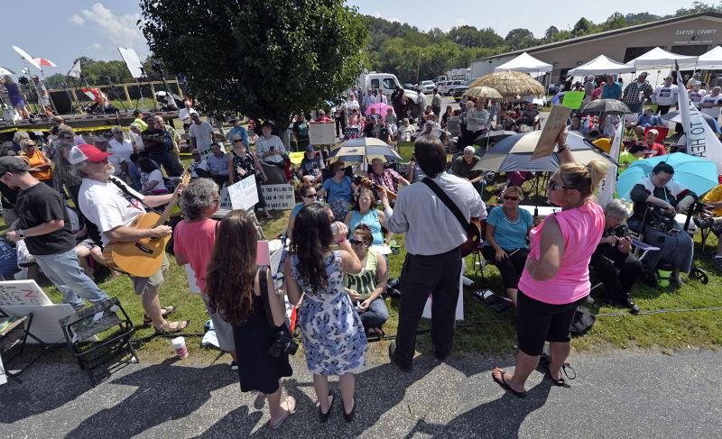 監獄外聚集大批支持群眾(美聯社)。