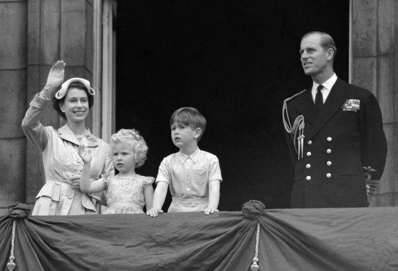 1954年,伊莉莎白二世(左)、夫婿菲利浦親王(右)與一雙兒女在白金漢宮陽台。(美聯社)