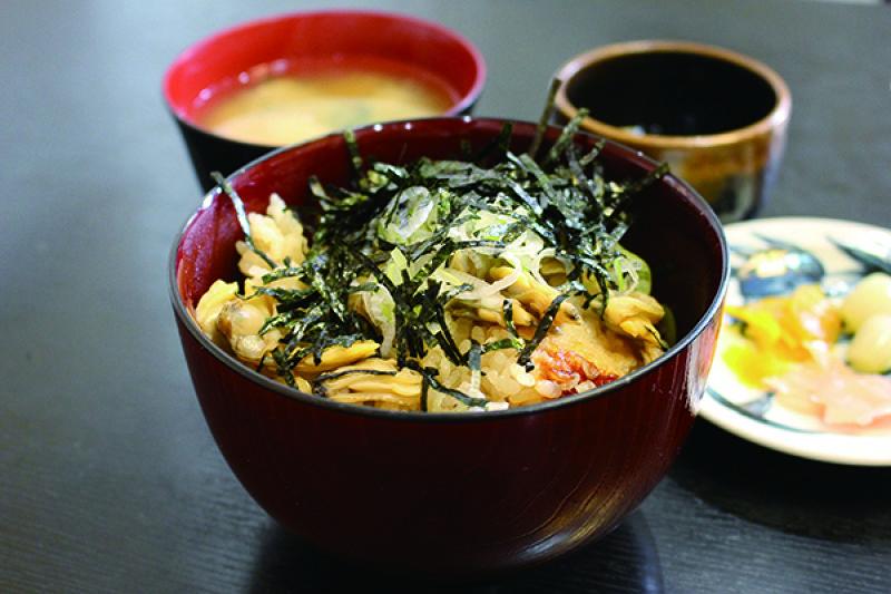 主要食材是新鮮蛤蠣的深川飯。