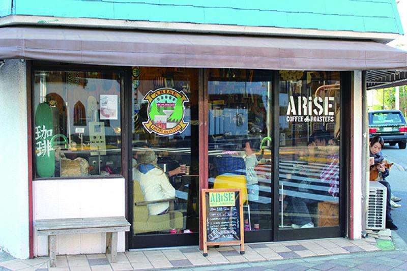 ARISE COFFEE ROASTERS充滿街頭隨性風格的店舖外觀。