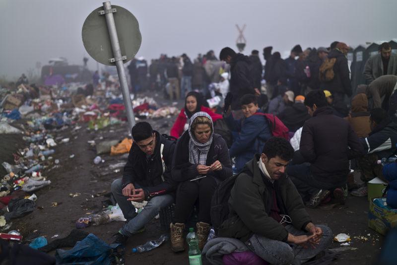 剛越過匈牙利邊境的難民(美聯社)。