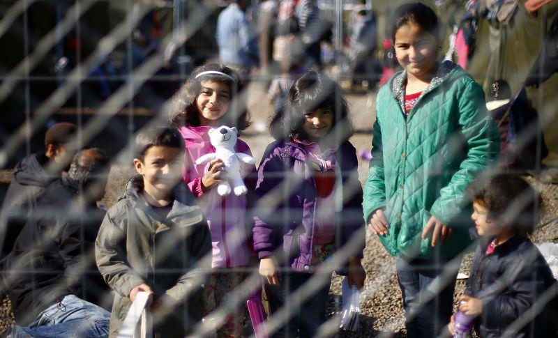暫居住在簡易住所中的難民。(美聯社)