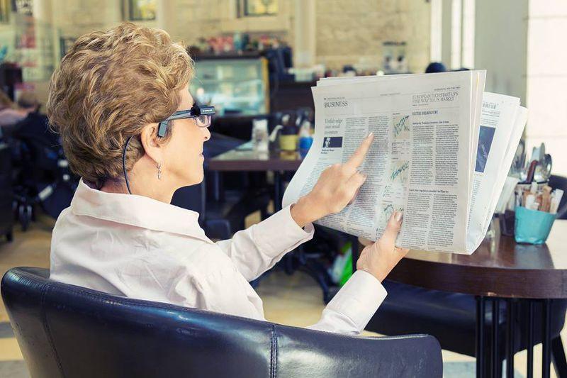 OrCam可以辨識文字,並念給使用者聽,解決視障朋友閱讀問題。(圖/OrCam@facebook)