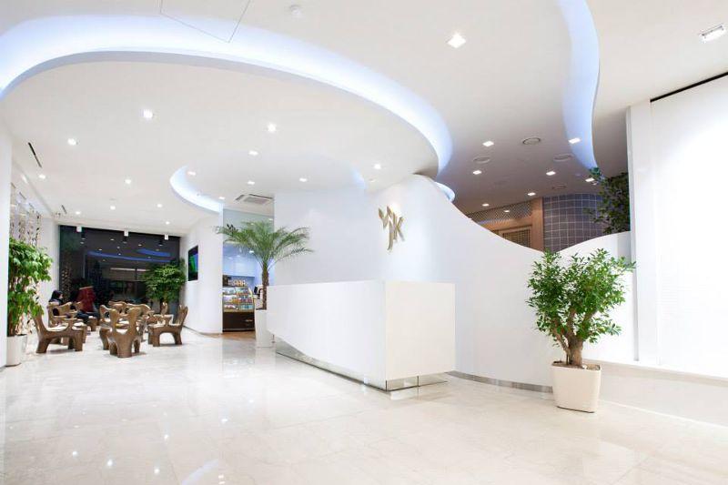 江南的大型整形醫院,大廳多半都像飯店一樣豪華高檔。(圖/JK Plastic Surgery@facebook)