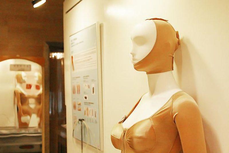 整形手術後需要穿上壓力衣來固定手術部位(圖/BK Plastic Surgery@facebook)