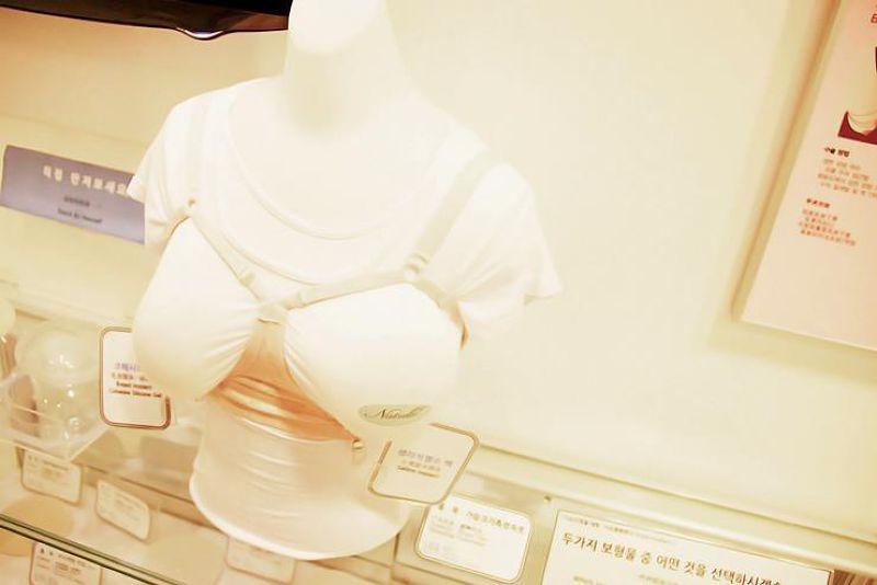 遊客可以體驗兩邊不同材質乳房填充物帶來的觸感。(圖/BK Plastic Surgery@facebook)