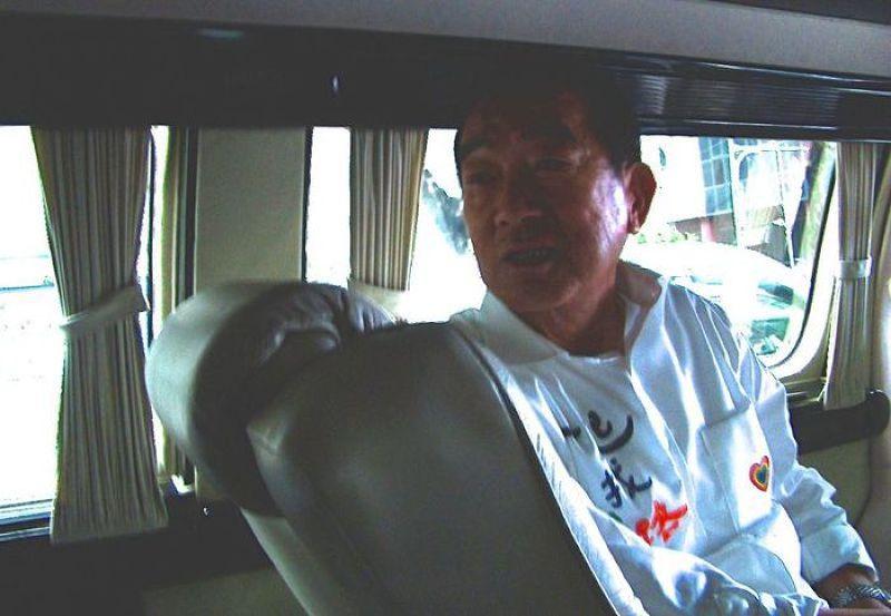 宋楚瑜在南下高雄的車上受訪。(段章攝)