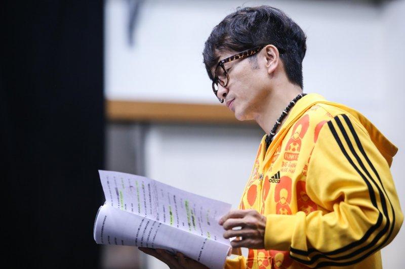 導演吳念真舞台劇《押解─菜鳥警察老扒手》,時不時在文本中找到喜感。(林韶安攝)