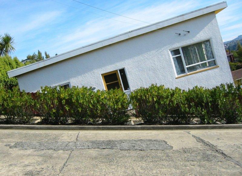 側拿相機把鮑德溫街拍成平的,結果房子歪了 圖/ Tobias Thierer@wiki