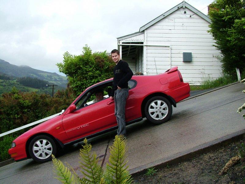 車子停在斜坡上好像隨時會滑下去 圖/ Oyvind1979@wiki