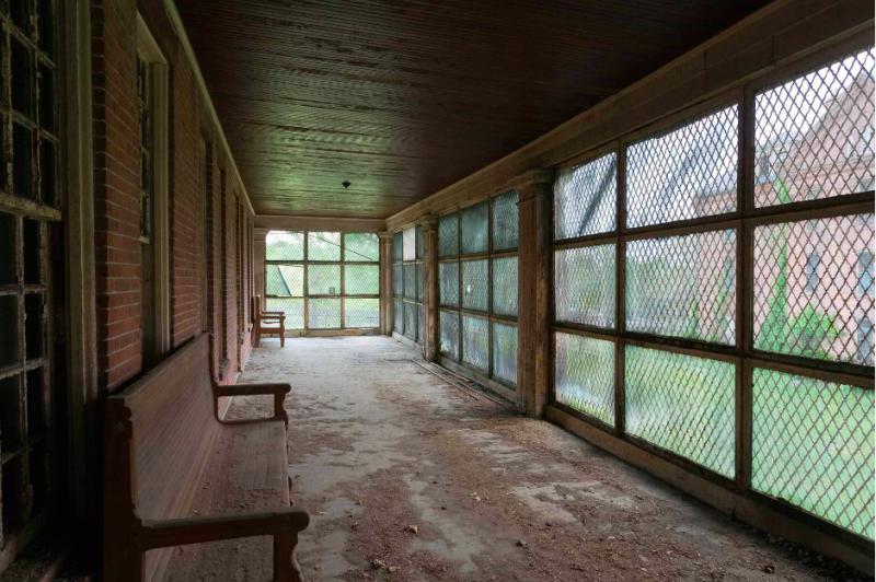 活動空間也被嚴密的網子罩住,他們是被社會遺棄的一群人。(圖/Jeremy HARRIS Photographs)