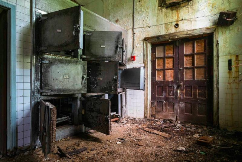 牆壁剝落、電線外露,可能已經荒廢了百年以上。(圖/Jeremy HARRIS Photographs)