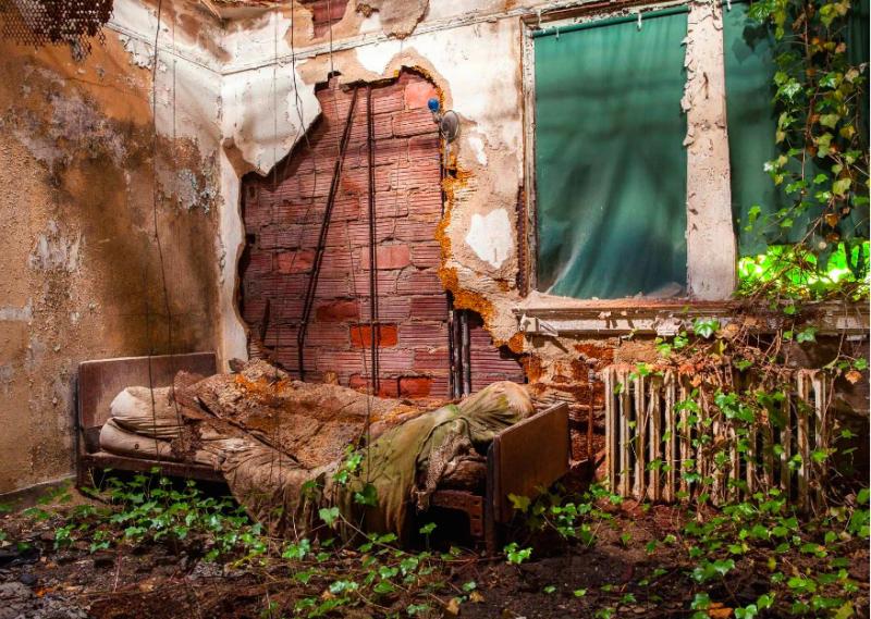 被腐蝕的床架與床墊,不知道有多久沒人使用。(圖/Jeremy HARRIS Photographs)