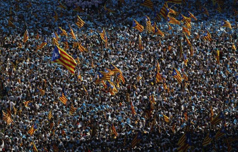 象徵加泰隆尼亞的孤星旗隨處飄揚。(美聯社)