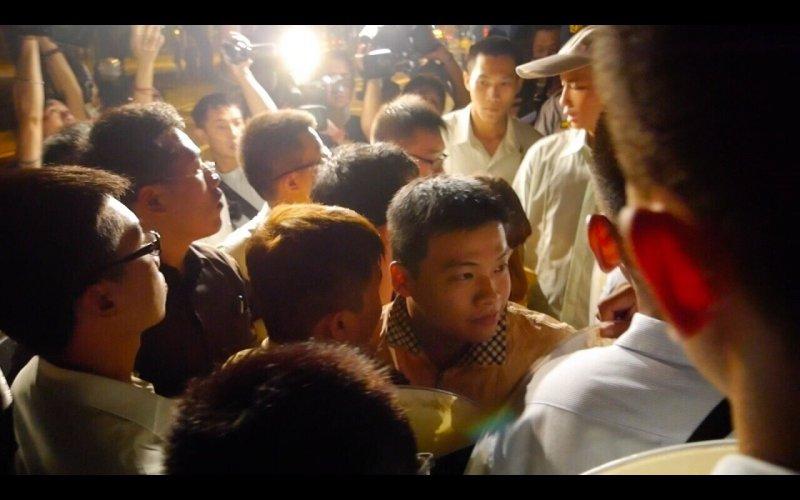 台聯青年軍不滿中國逕自宣布實施推行,22日晚點10點10分夜襲總統馬英九官邸,近20名台聯青年軍準備丟雞蛋前遭警方逮捕。(台聯提供)