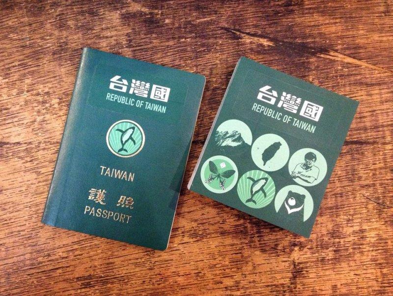 台灣國護照貼紙除了有台灣國(Taiwan Republic)字樣外,更推出臺灣黑熊、玉山、鄭南榕等圖章貼紙,讓索取民眾可以自行改變護照上的國徽。(取自 台灣國護照貼紙臉書)
