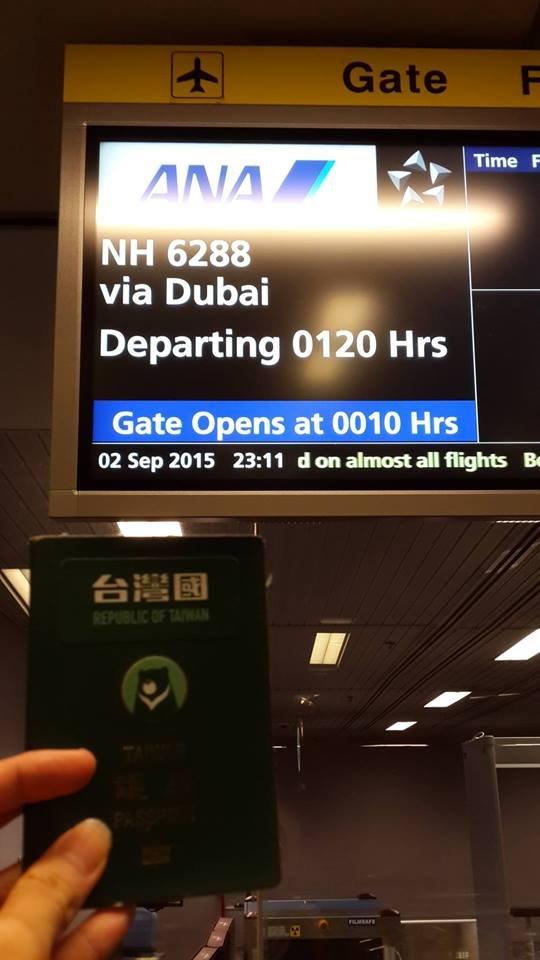 台灣國護照順理通關杜拜。(取自台灣國護照貼紙臉書)