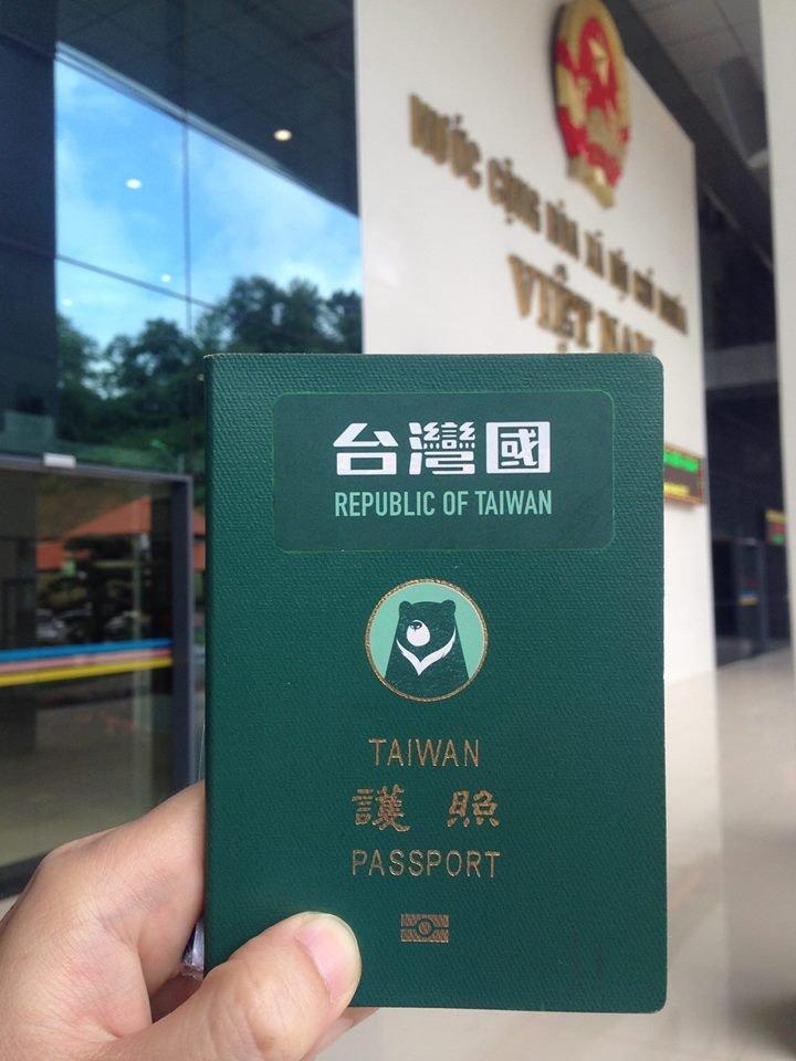 許多網友到臉書分享通關經驗,此圖為網友在越南順利通關後拍下。(取自 台灣國護照貼紙臉書)