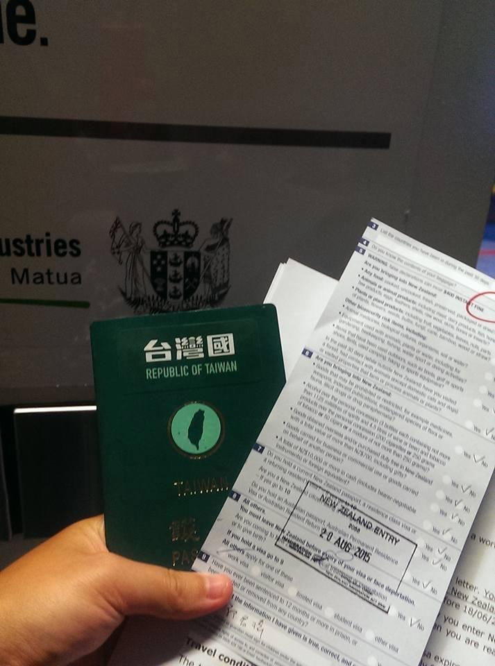 網友分享,台灣國護照順利通關紐西蘭照片。(取自 台灣國護照貼紙臉書)