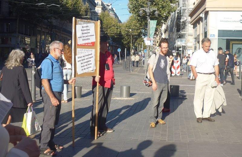 馬賽街上一小群人抗議政府難民政策﹐要求接收更多尋求庇護者 (白曉紅攝)