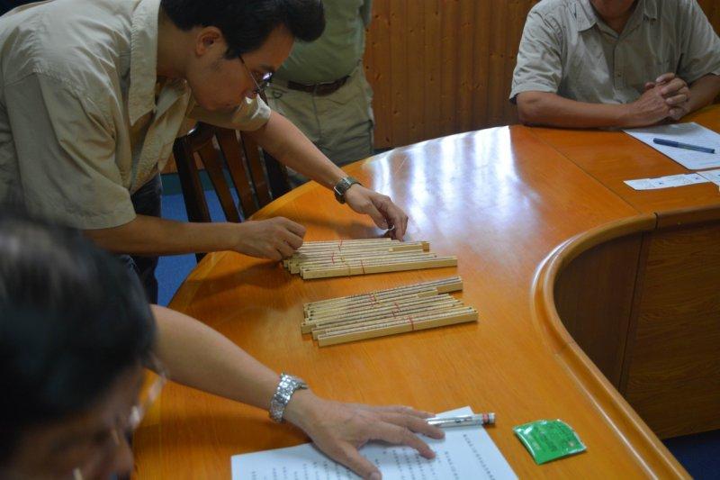 森保處最後確定種樹位置,選定11株樹齡50年的樹木進行鑽樹芯,進行年輪與樹種的辨定,才找到經國先生所種的扁柏。(森保處提供)