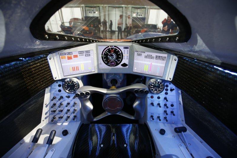 嗜血獵犬號的駕駛艙內部。(美聯社)