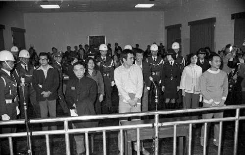 美麗島事件進行軍法審判,七名被告(左起):張俊宏、黃信介、陳菊、姚嘉文、施明德、呂秀蓮、林弘宣出庭。