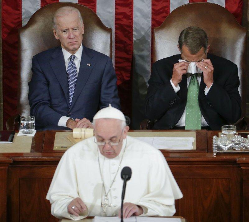 教宗演說,貝納(後排右)拭淚。(美聯社)