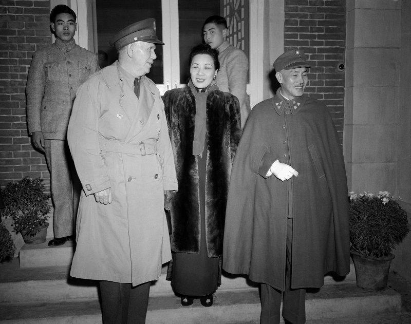 馬歇爾、蔣宋美齡、蔣中正攝於1945年12月22日(美聯社)