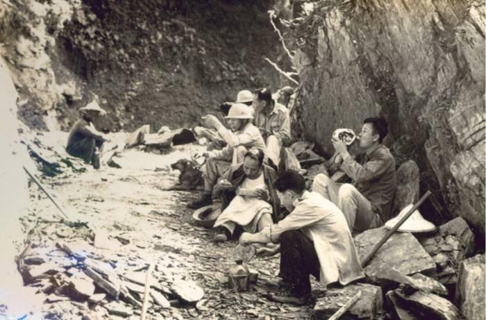 北橫從明池到棲蘭的工程,是1959年退輔會森林開發處成立後由榮民修築,圖為當年榮民們修築道路情形。(森保處提供)