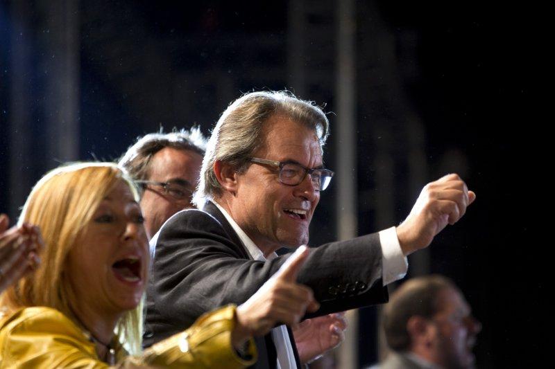 加泰隆尼亞自治政府首長馬斯(握拳者)27日接受群眾歡呼。(美聯社)