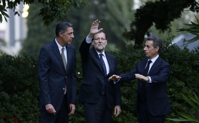 西班牙總理拉霍伊(中)誓言力擋加泰隆尼亞的獨立進程。(美聯社)