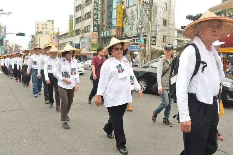 2015年3月,陳菊追隨林義雄腳步,行過鳳山。(取自陳菊臉書)