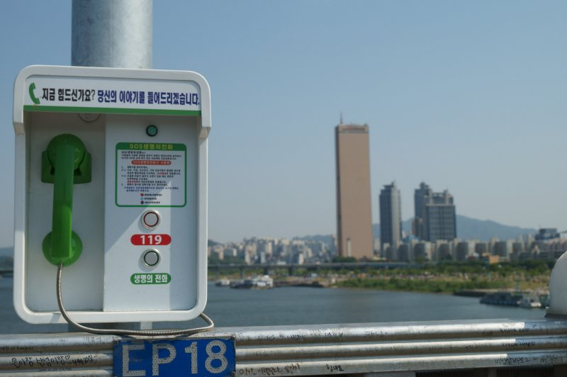 橋上也設有防止自殺的專線電話。(圖/hangidan@flickr)