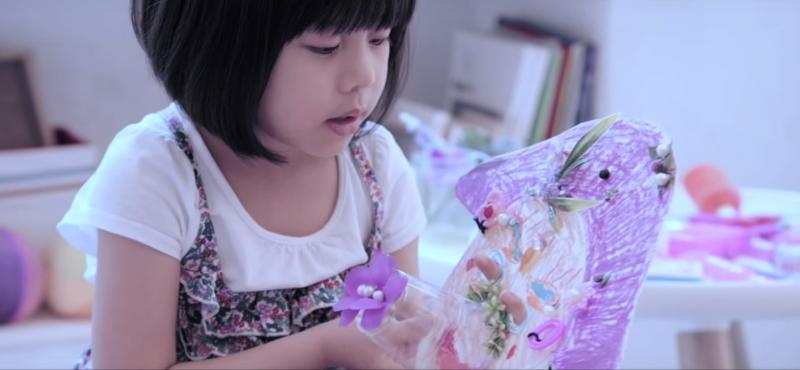 國小學童正在解說面具的設計與功能。(圖片截取自youtube)