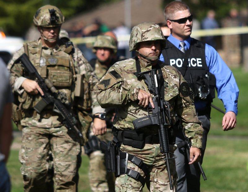 槍擊案發生後,大批警力趕往校園(美聯社)