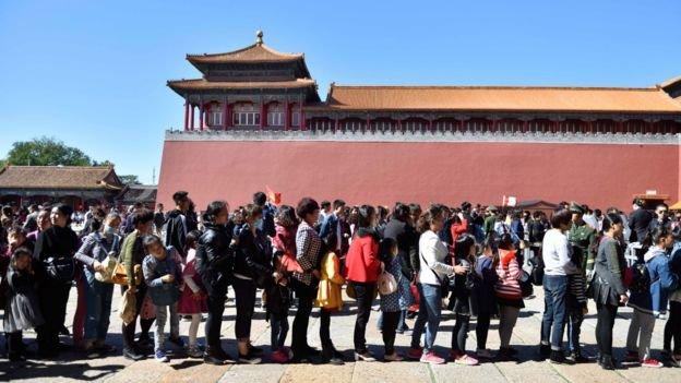「十一」當天在北京故宮排隊參觀的民眾。(BBC中文網)