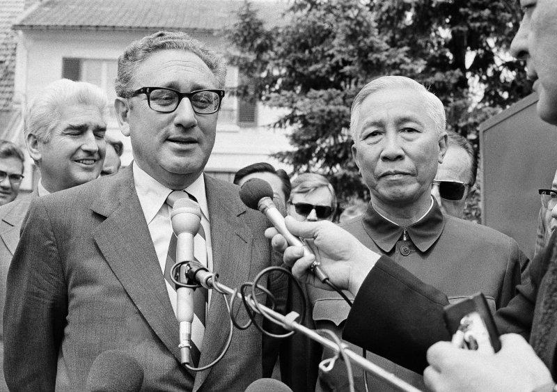 1973年,季辛吉(左)和黎德壽(美聯社)