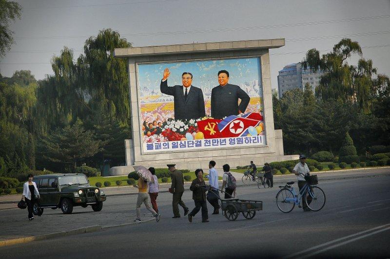 北韓勞動黨70歲黨慶將屆,平壤街頭矗立金日成(左)與金正日(右)的畫板。(美聯社)